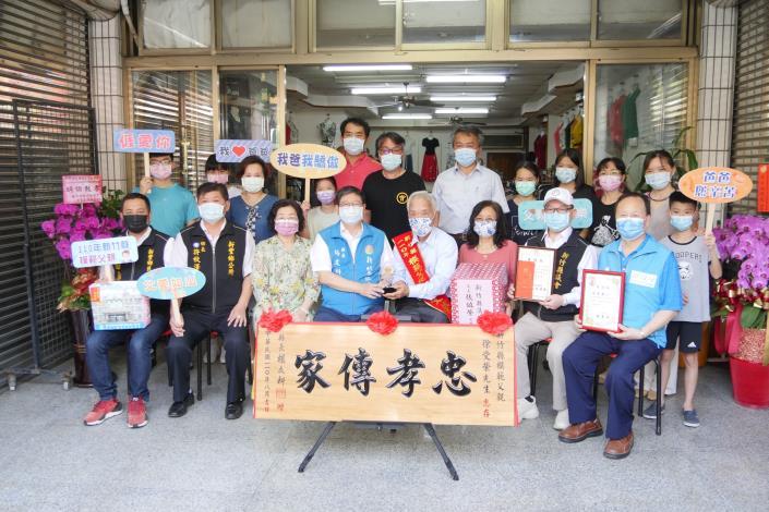 Hebe's very independent centenarian grandfather Sung Tseng-Tu wins the Hsinchu County Model Father Award (5 photos)