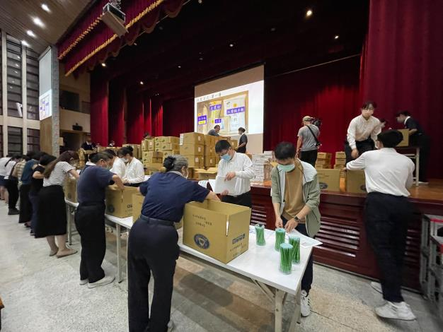 The County Government joins hands with Tzu Chi to fulfill social responsibility -- Packing summer vacation Food Relief Box for children from low-income and middle-low income families in Hsinchu County (2 photos)