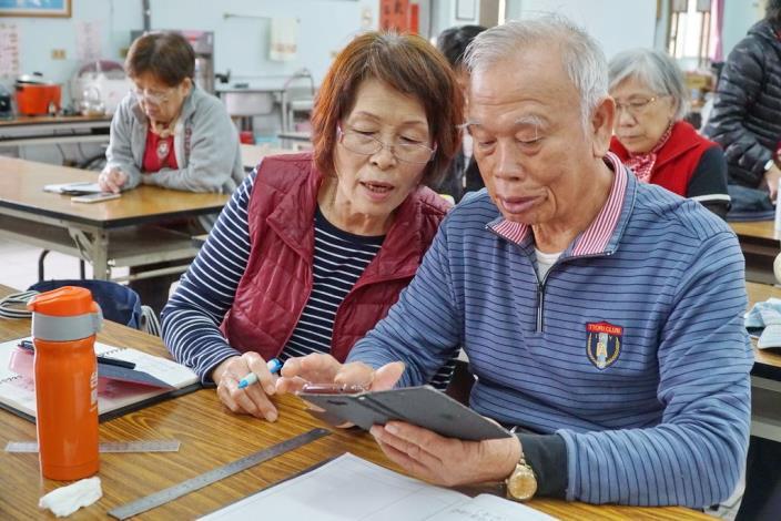 志工路上愛相隨 李國鋒夫婦服務時數即將破萬