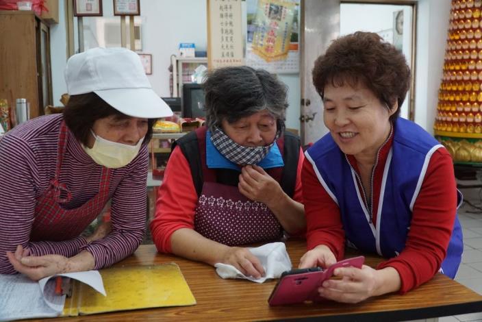 李國鋒的老婆(右)也教學員如何使用通訊軟體