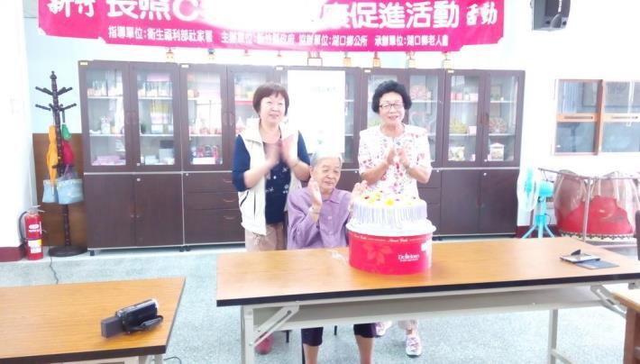 理事長翁鳳嬌女士(右)