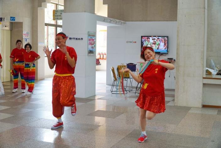 以「體育弘法」,學員跳得很開心。