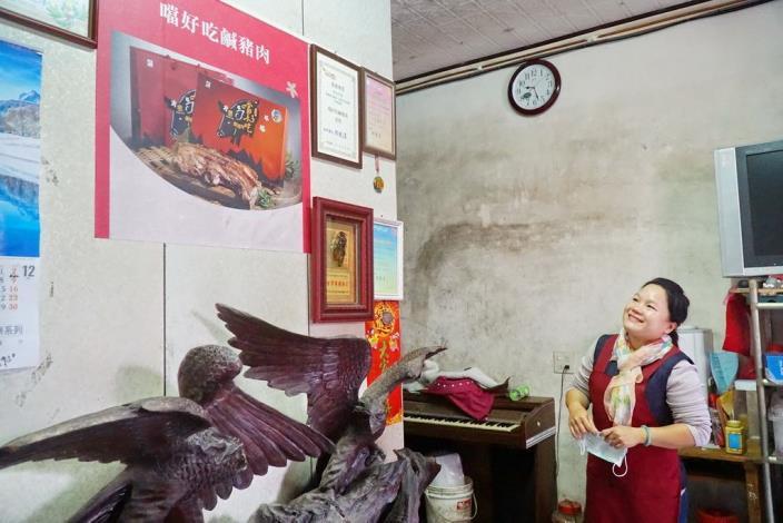 項珍姑望著牆上的獎狀很滿意。