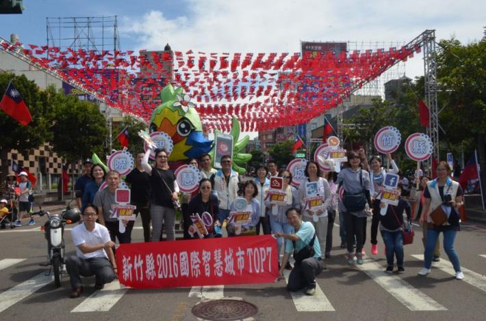 竹縣國慶走復古風 50隊上千民眾遊行旗海飄揚 祝中華民國萬萬歲